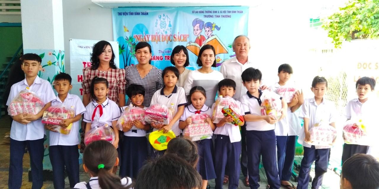 Phát quà học sinh Trường Tình Thương Bình Thuận